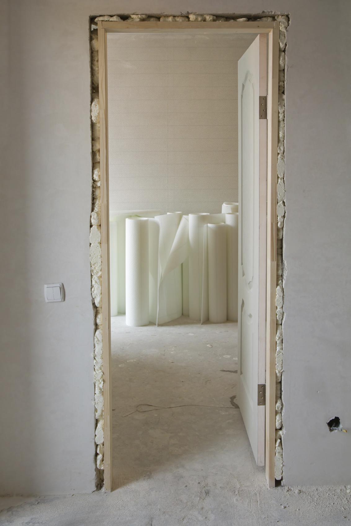 How to install a door in an interior wall constru gu a for Como hacer una puerta de madera